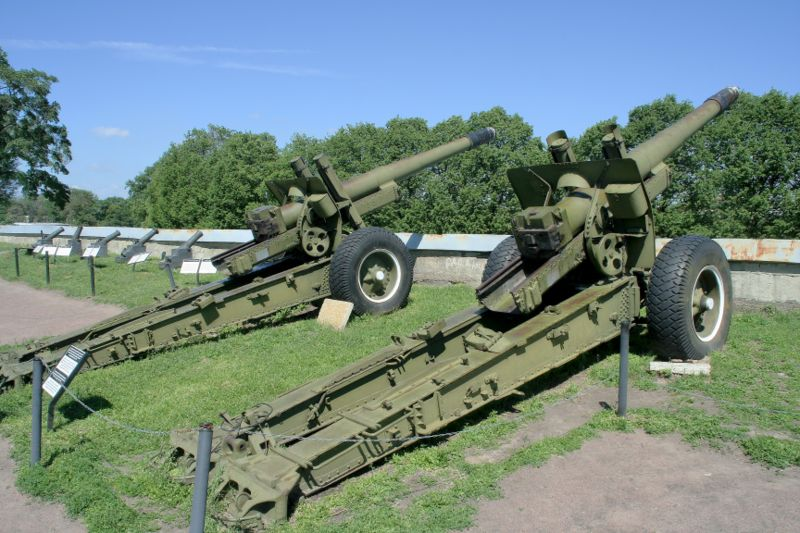 Файл:ML-20 howitzer in fortress St Petersburg.jpg